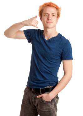 Młody mężczyzna w niebieskim podkoszulku, uśmiecha się i pokazuje